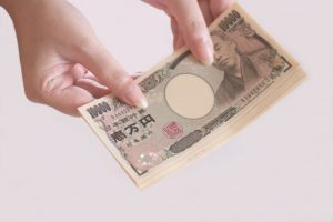 一万円札を持っている女性
