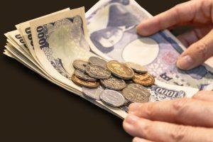千円札と硬貨
