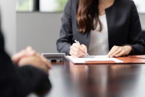 相談を受ける女性税理士