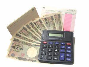 電卓と通帳と一万円札