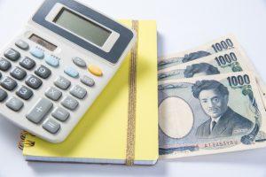 電卓と帳簿とお札