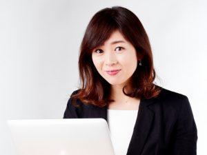 パソコンを使う若い女性
