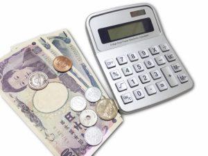 お札と電卓と小銭