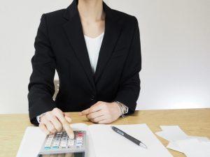 領収書を処理する女性