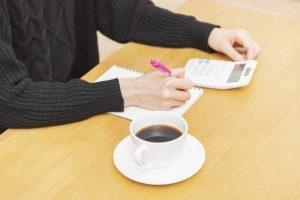 電卓で計算している女性