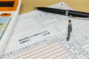 消費税申告書と男性
