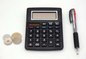 電卓と小銭とボールペン