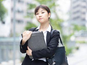 営業する女性