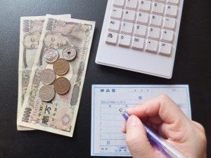 納品書とお金と電卓