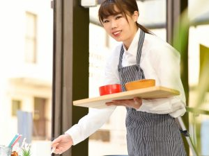 配膳をする女性店員
