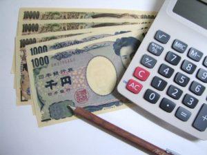 電卓とお金とペン